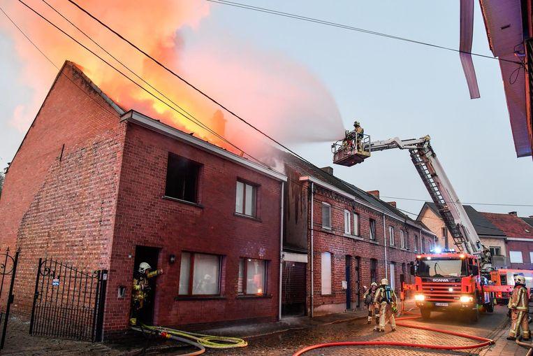 De brandweer bestreed de brand van binnen en van buitenaf.