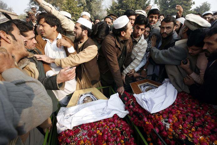 Twee schooljongens die omkwamen bij de aanval op de middelbare school in Peshawar worden begraven.