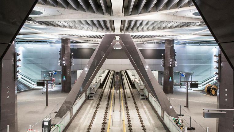 De entreehal van de Noord/Zuidlijn op het Centraal Station. De bouwfase is achter de rug, nu gaat het alleen nog om testrijden. Beeld Dingena Mol