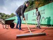 Statushouders helpen tennisclub De Meet in Ossendrecht
