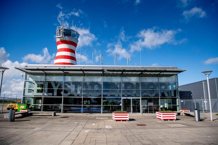Luchthavengebouw van Lelystad Airport.