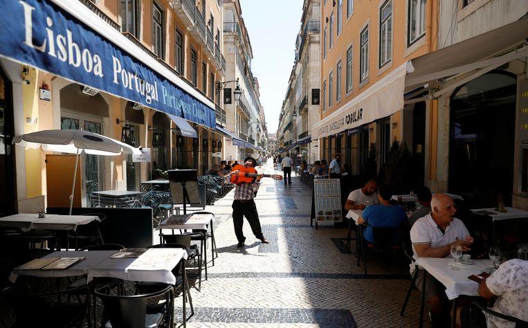 Een terras in Lissabon deze week.  Beeld REUTERS