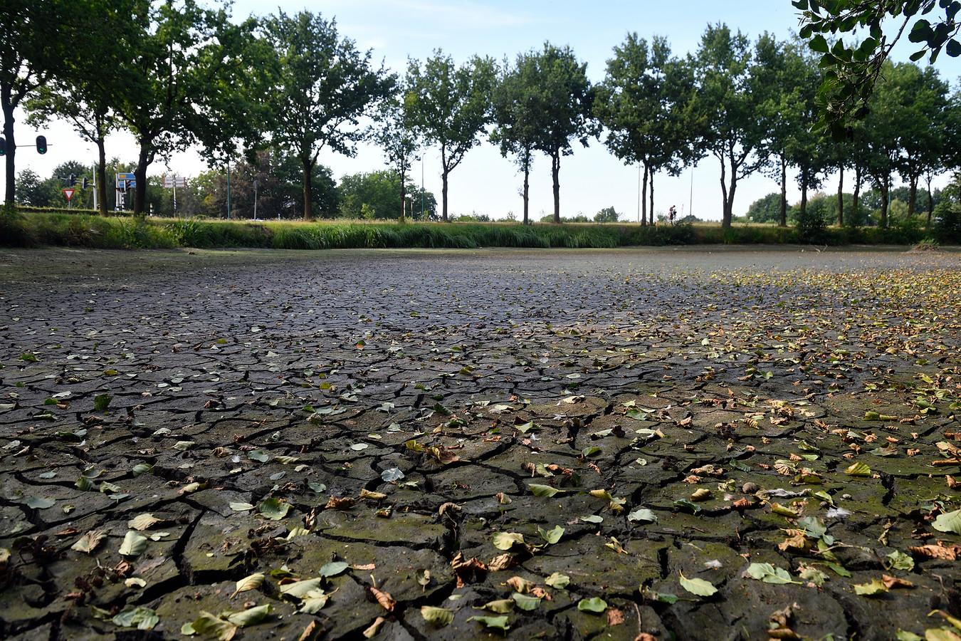 Een drooggevallen meertje op de kruising van de Maatweg en de Bunschoterstraat in Amersfoort