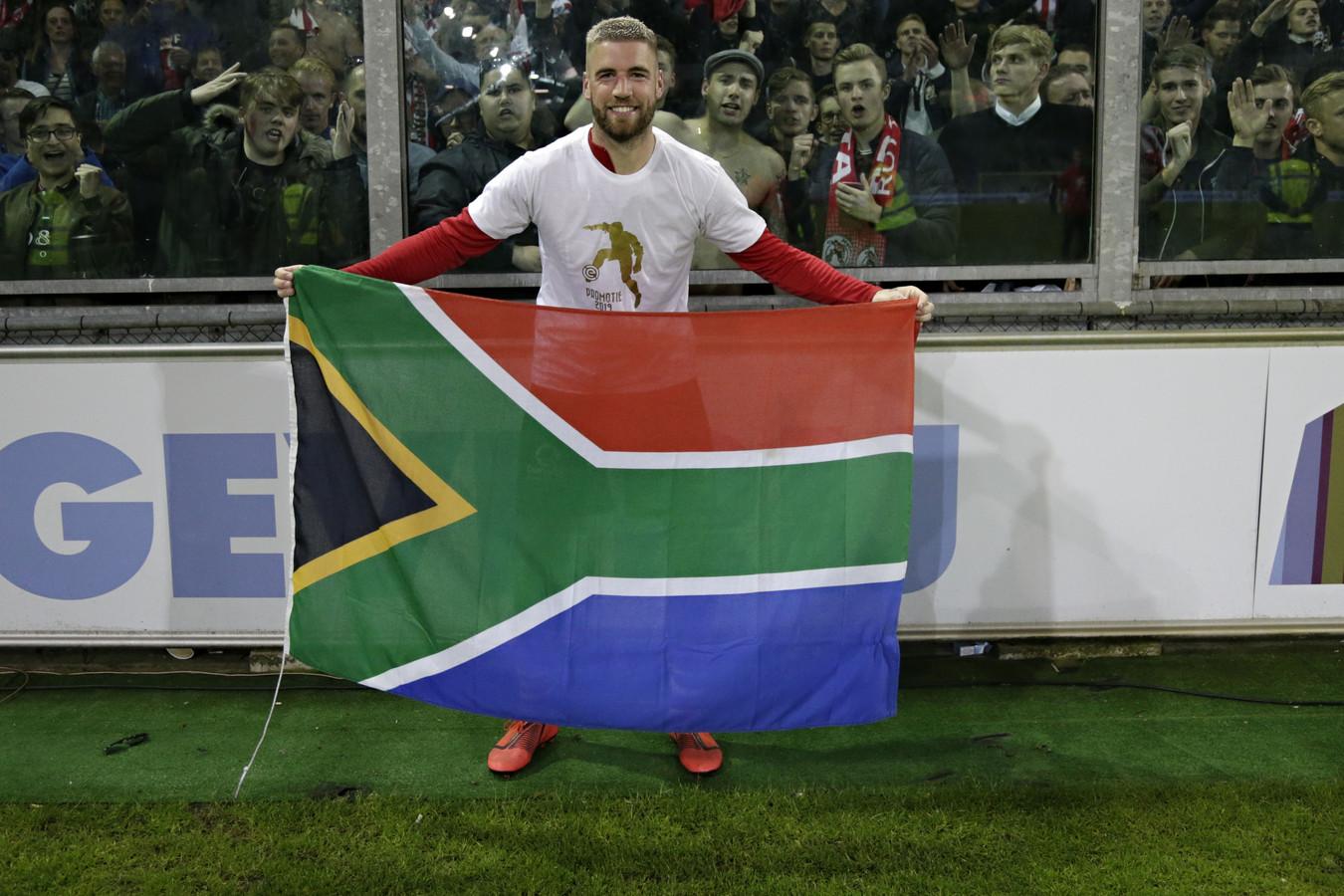 Lars Veldwijk met de vlag van Zuid-Afrika na de gewonnen play-off bij De Graafschap.