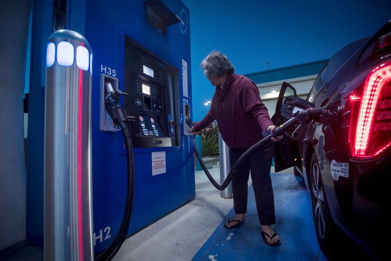 Een vrouw in Californië tankt waterstof voor haar auto.  Beeld Bloomberg via Getty Images