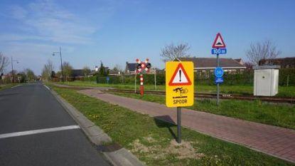 Na zware valpartijen: nieuwe borden moeten fietsers waarschuwen aan spoorwegovergang