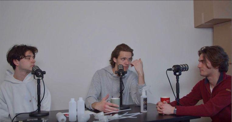 De ondernemers van Unigate Solutions nemen een podcast op.