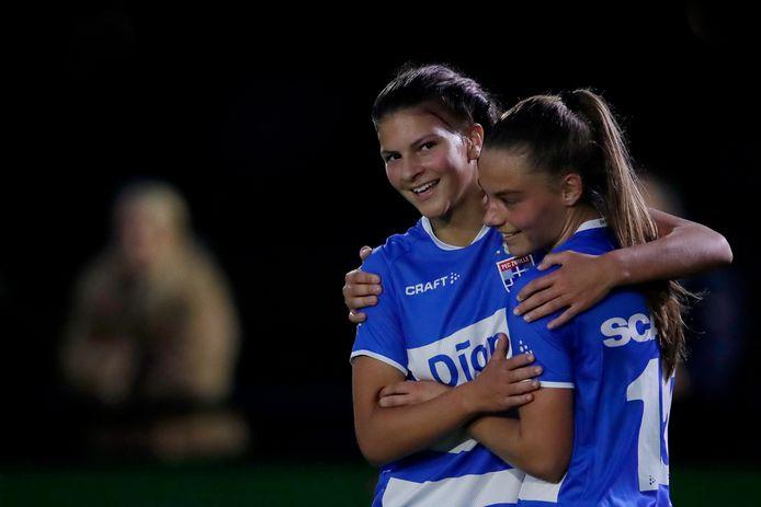 Naomi Hilhorst (l) en Danique Noordman vieren het tweede doelpunt van PEC in Enschede.