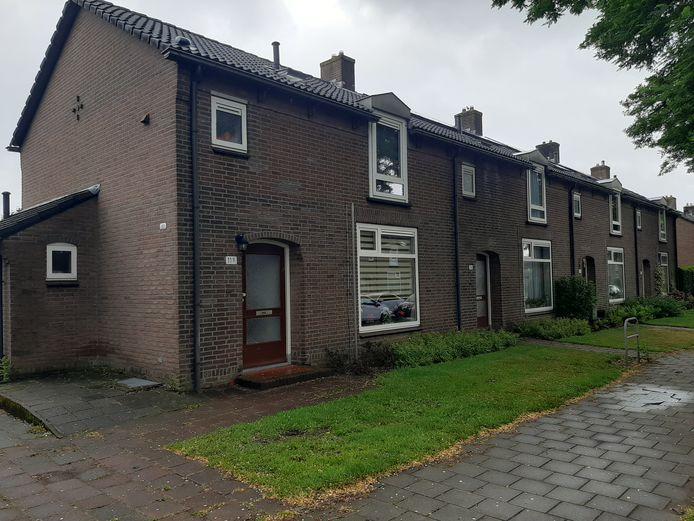 Een vergelijkbaar blok als waar de buurmannen in Apeldoorn Zuid wonen. De een woont boven en heeft de ingang voor, de ander woont beneden en gaat via de tuin naar binnen.