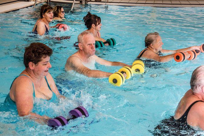 Ontmoeting in Beweging laat ouderen in eerst De Leye en daarna Den Donk zwemmen.