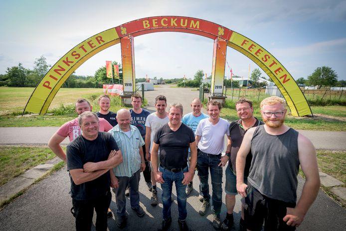 De opbouwploeg met in het midden (zwart shirt) Ben ter Avest.