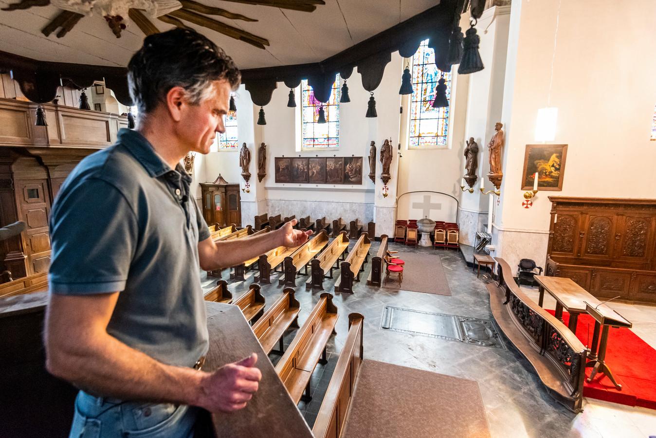 Erik Soedt, koster van de Luciakerk toont het interieur van de Luciakerk.