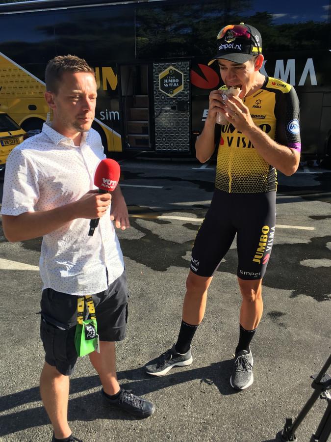 Amper dertig seconden voor het live-interview eet Wout nog rustig zijn eten op terwijl Merijn Casteleyn in volle spanning afwacht