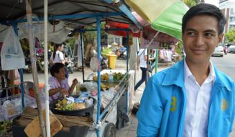 Proberen de Thaise kiezer te overtuigen met selfies en schouderklopjes