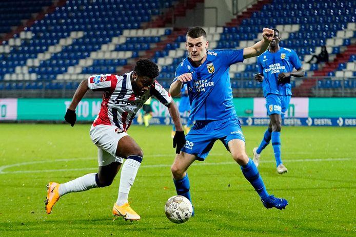 Jacob Rasmussen probeert namens Vitesse aanvaller Che Nunnely van Willem II te stuiten.