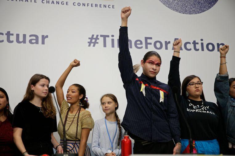Greta Thunberg en andere jonge activisten op de klimaattop in Madrid.  Beeld AP