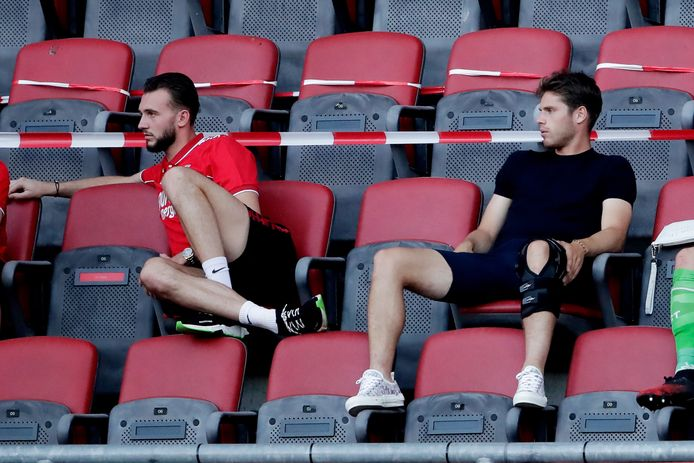 Joel Drommel en Kik Pierie maandagavond op de tribune bij de wedstrijd tussen FC Twente en Fortuna.