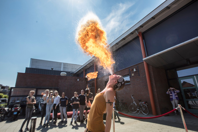 Vuurspuwer Marielle Gersie geeft demonstratie op Varendonckcollege in Someren