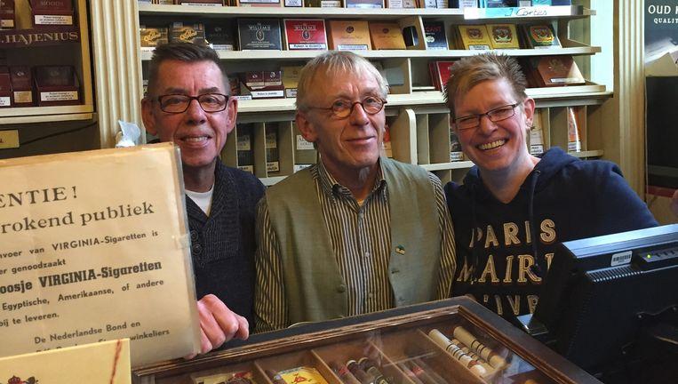 Loet van Vreumingen (midden) met verkopers Hans en Janny. Beeld