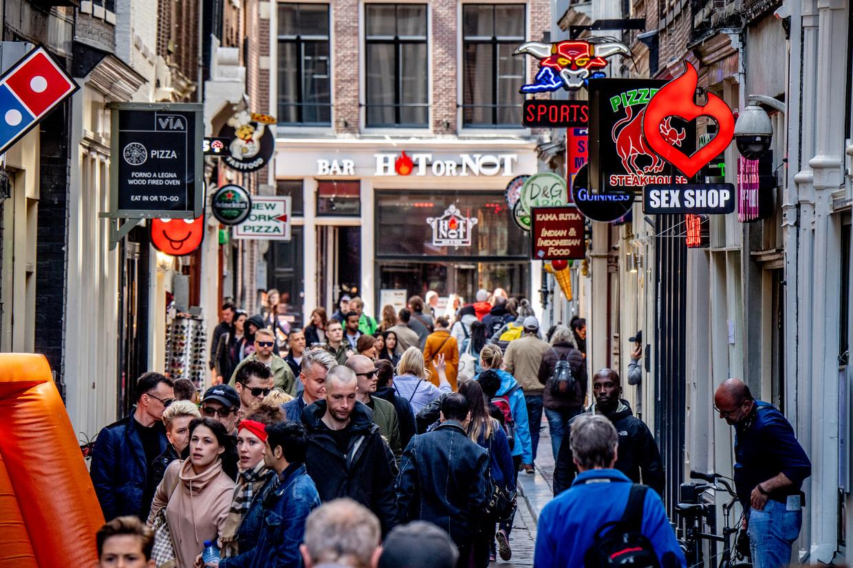 Voorbijgangers op de Wallen in Amsterdam.  Beeld ANP