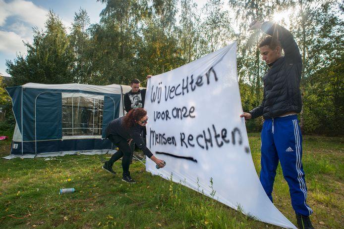 Woonwagenkampbewoners (familie Visser) aan de Donkervoortseloop te Heesch demostreren met spandoeken i.v.m. bezwaren plaatsen caravans (achtergrond)  Fotograaf: Van Assendelft/Jeroen Appels