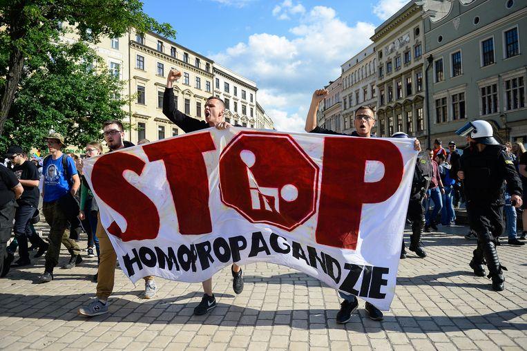 Aanhangers van extreem-rechtse organisaties protesteren tegen de Pride Parade in Krakow. Beeld LightRocket via Getty Images