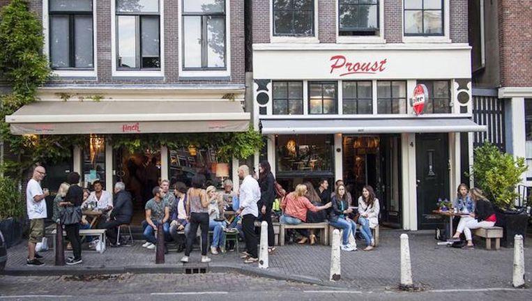 Café Finch (links) op de Noordermarkt Beeld Marc Driessen