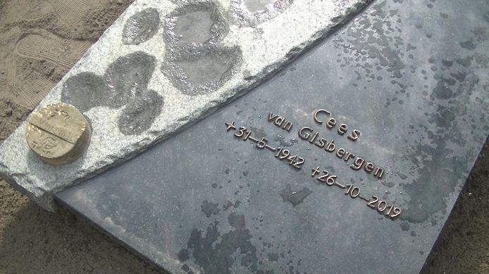 Op de zerk van het graf van Cees van Gisbergen heeft zijn kleinzoon Tijn een in steen gebakken embleem van Willem II gelegd.