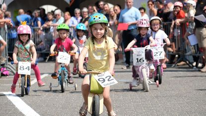 Race met flashy fietshelmen op jaarmarkt