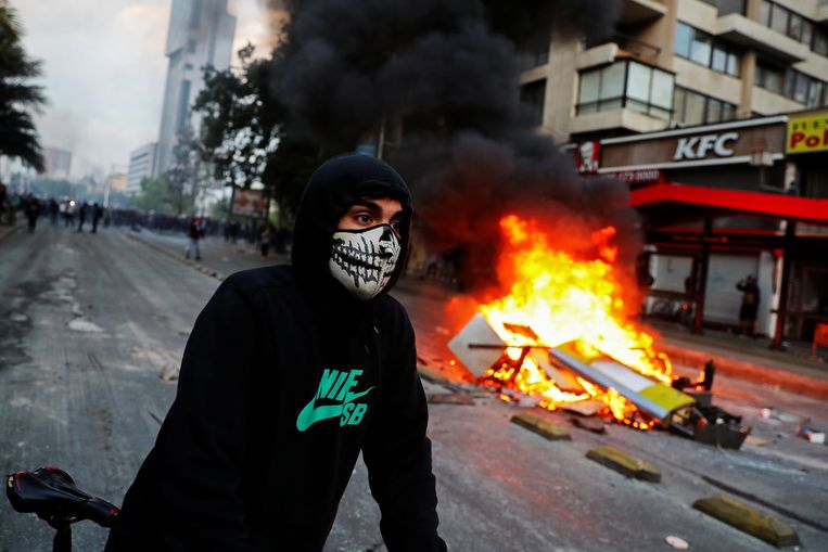 Demonstranten gingen ook zaterdag de straat op in de Chileense hoofdstad Santiago.  Beeld REUTERS
