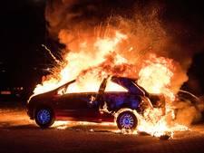 Twee auto's gaan verloren door felle brand in Tilburg