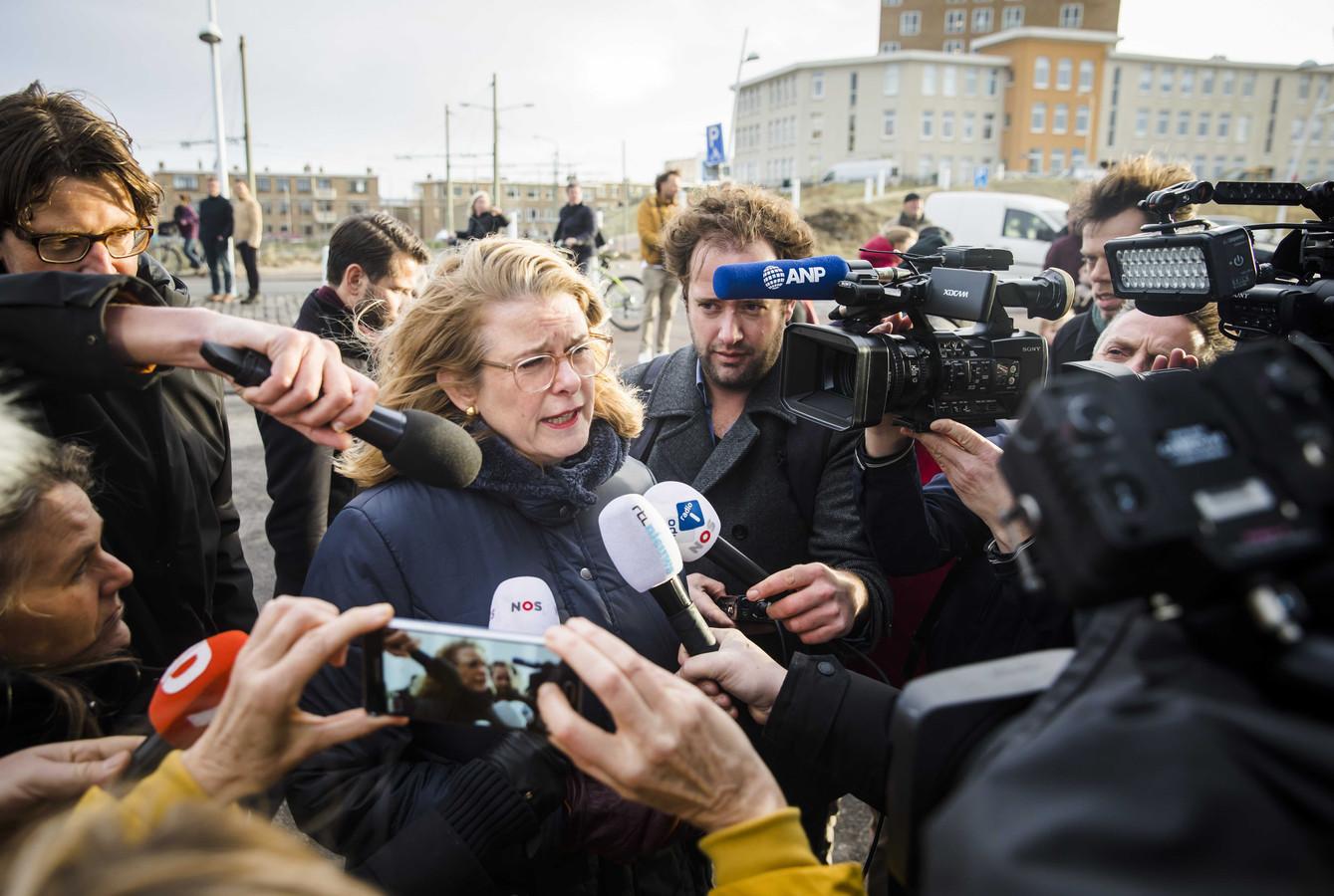 De Haagse burgemeester Pauline Krikke sprak op 1 januari in Scheveningen met een boze buurtbewoner  in het gebied waar de schade is ontstaan door de door lucht vliegende vonken van het grote vreugdevuur op het strand bij Scheveningen.