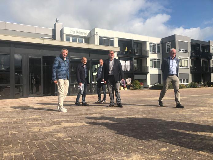 Wethouder Patrick van der Velden voor de ingang van De Huiskamer van Halsteren, de nieuwe horecavoorziening aan plein Vogelenzang.
