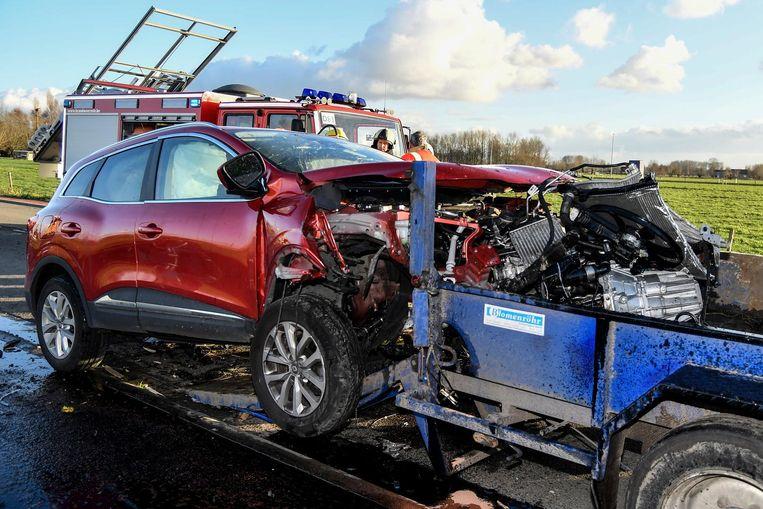 De bestuurder reed met zijn wagen met volle snelheid achteraan tegen een oplegger. Het voertuig raakte zwaar beschadigd, het motorblok kwam zelfs op de opligger terecht.