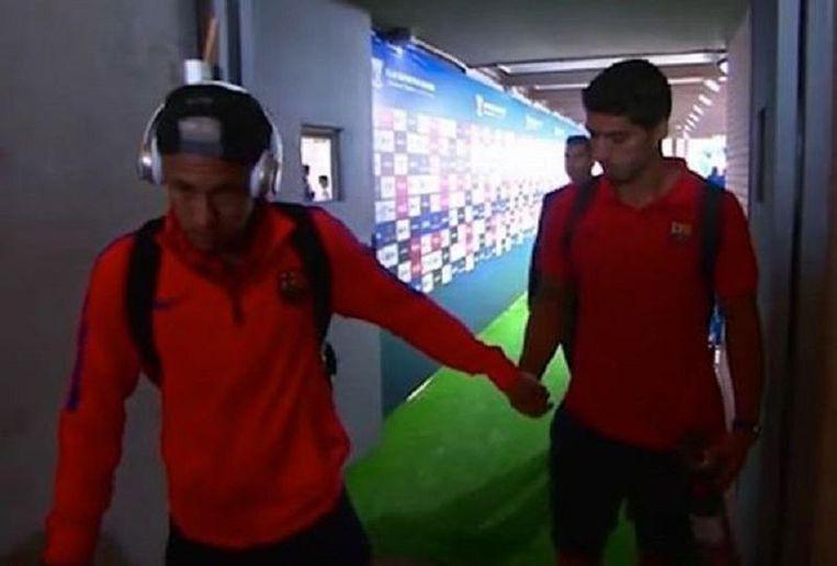 ... waarop Neymar hem zijn kauwgom overhandigt...