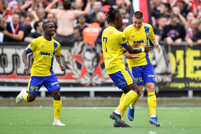 STVV-aanvaller Alexandre de Bruyn (rechts) na zijn goal tegen Standard.