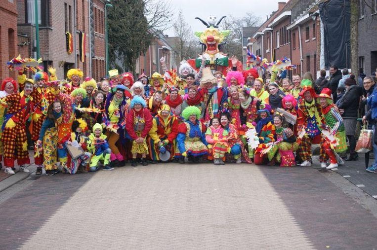 De clowns van de Vosselaarse carnavalsstoet gaan op kop van de stoet