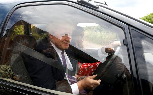 Boris Johnson en Carrie Symonds terwijl ze samen hun appartement verlaten op een foto van eind mei.