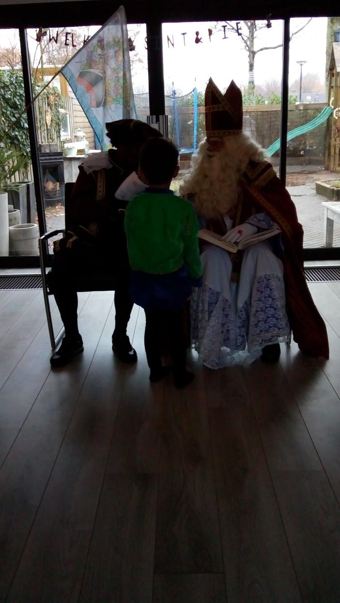 Samen lezen in het grote boek van Sinterklaas