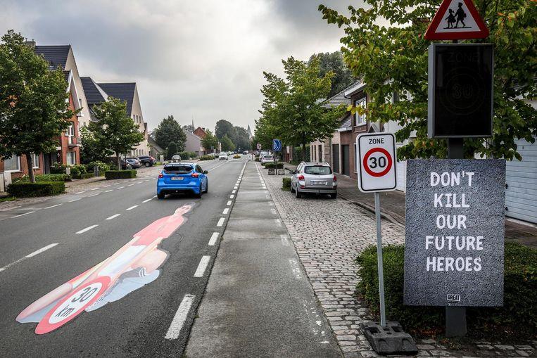 De sticker is een promostunt van het nieuwe VTM-programma 'Make Belgium Great Again'.