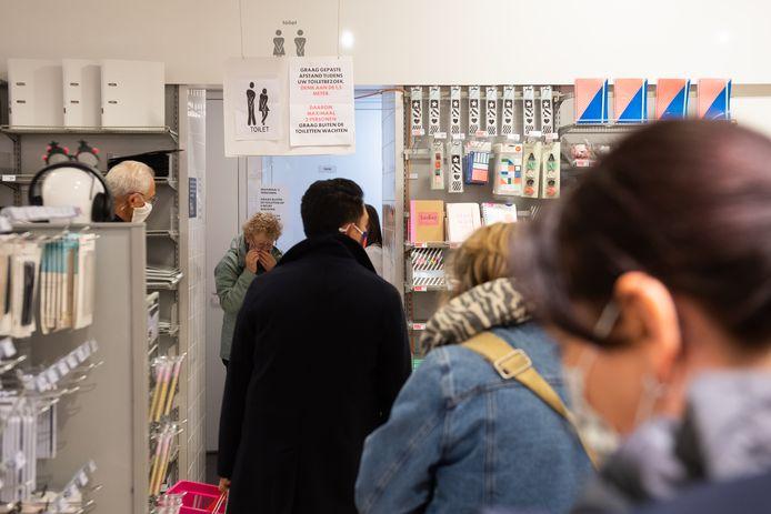 """Bij het toilet in de Hema wacht een lange rij mensen. ,,Sinds door corona de horeca dicht is, is dit één van de weinige plekken waar je in Breda naar de wc kunt""""."""