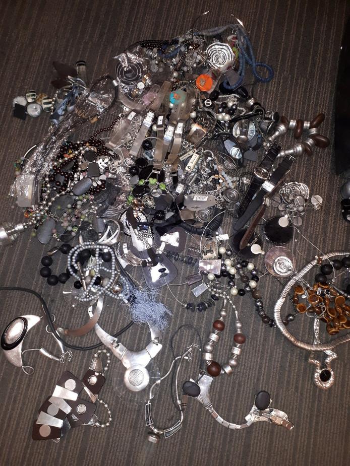 Deze sieraden werden gevonden in een buitengebied bij Ommen.