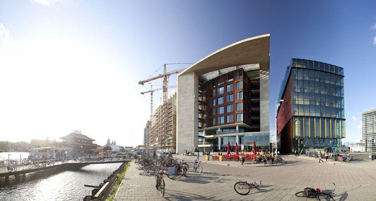 De Oosterdokskade in Amsterdam, september 2011, met de openbare bibliotheek en daarnaast het conservatorium. Beeld Thomas Schlijper / Hollandse Hoogte