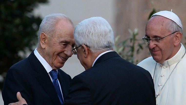 De toenmalige Israelische president Shimon Peres, de Palestijnse leider Mahmud Abbas en paus Franciscus in het Vaticaan in 2014. Beeld afp
