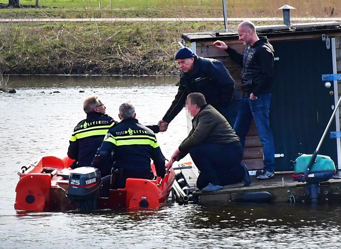 De politie doet onderzoek op de plas waarin Orlando Boldewijn in februari 2018 dood werd gevonden. De geknielde man op het vlot van het drijvende vissershuisje is verdachte Roy B.