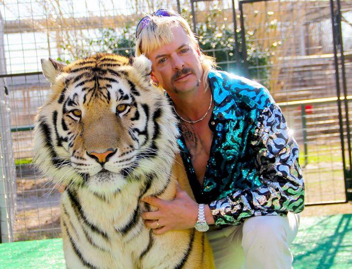 Joseph 'Joe Exotic' Maldonado-Passage, een van de hoofdpersonen uit 'Tiger King' met een van zijn tijgers.