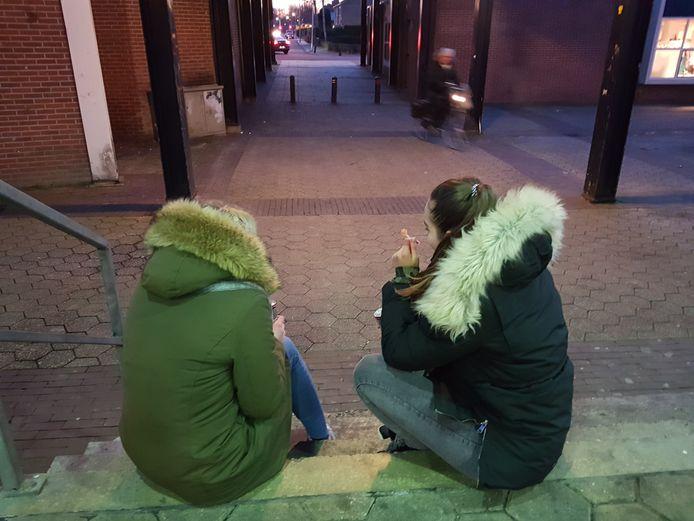 Lindsey (links) en Yasmin komen een paar keer per week met hun vrienden samen in het winkelcentrum op het Meidoornplein in Wezep. De meiden van 13 hebben elk een blikje energiedrank en een lolly in hun handen.  (Archieffoto)