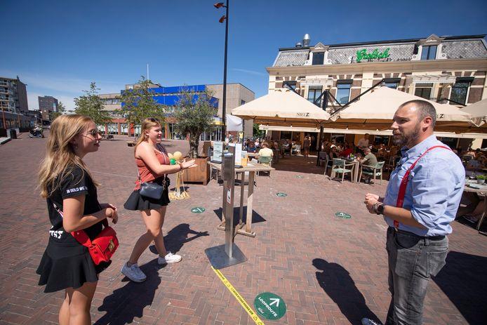 Het terras van Nielz-café-restaurant-Almelo  is weer geopend. De bezoekers worden welkom geheten.