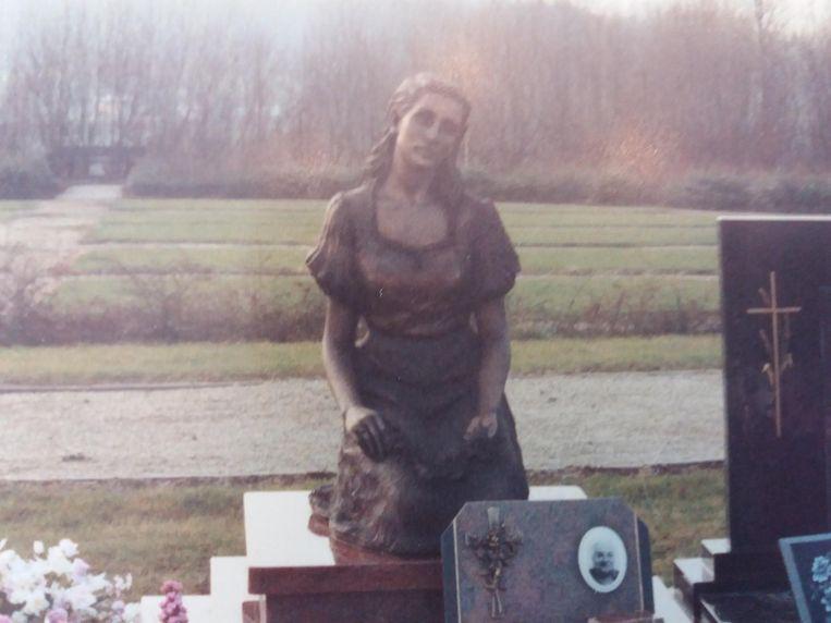 Het bronzen beeld werd in 1991 op de grafzerk geplaatst.