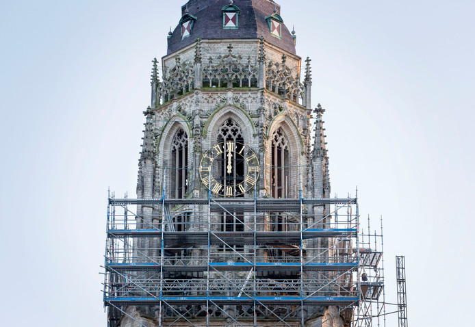 De kerktoren van de Grote Kerk in de steigers met de klok op 12 uur.